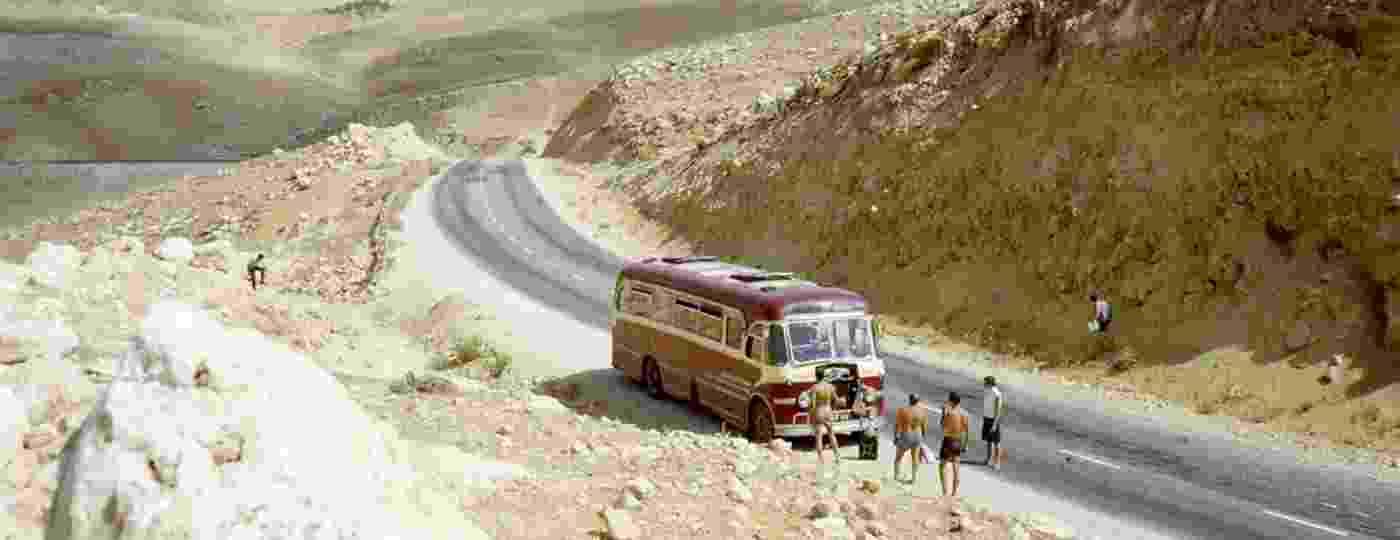 """Nos tempos da """"Trilha Hippie"""", quando jovens aventureiros iam de ônibus ou carona à Índia: ônibus quebrado na Jordânia, em 1966.  - Reprodução"""