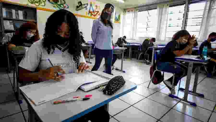 Jovens voltam a frequentar escola pública em São Paulo durante a pandemia - Rubens Cavallari/Folhapress
