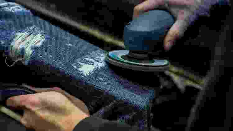 Do workwear ao street style, resistência do material jeans, junto aos rebites, é um pilar para o seu uso ter se tornado popular ao longo dos anos - Reprodução - Reprodução