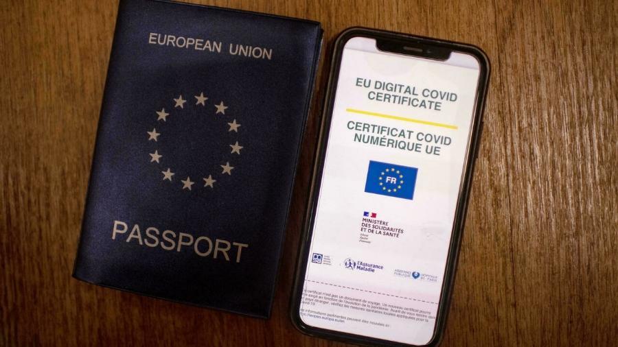 O passaporte sanitário europeu comprova uma vacinação completa, uma cura ou um teste negativo de menos de 48 horas - AFP