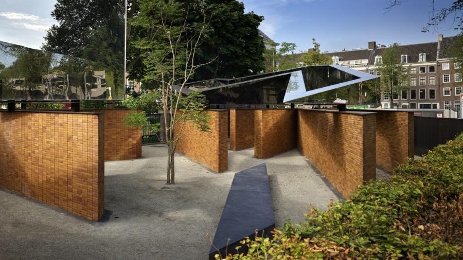"""O local também é conhecido, em holandês, como """"Memorial de Nomes"""" por trazer em cada tijolo uma vítima do Holocausto no país - Divulgação"""