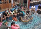 Fora de 'A Fazenda', Liziane troca farpas com peões em 'Hora do Faro' (Foto: Reprodução/Playplus)