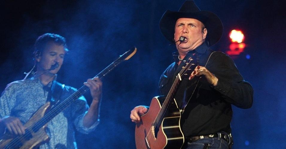22.ago.2015 - Estrela da música country americana, Garth Brooks se apresenta na Festa do Peão de Barretos