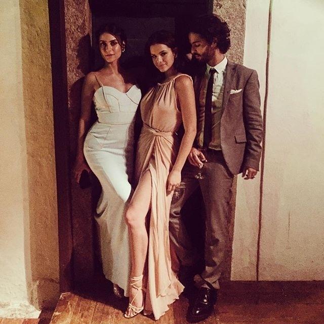 6.dez.2015 - Thaila Ayala e Bruna Marquezine posam com o amigo André Nicolau após o casamento de Sophie Charlotte e Daniel de Oliveira