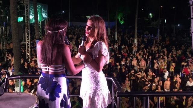 A cantora Tays Reis canta ao lado de Ivete Sangalo em cima do trio elétrico