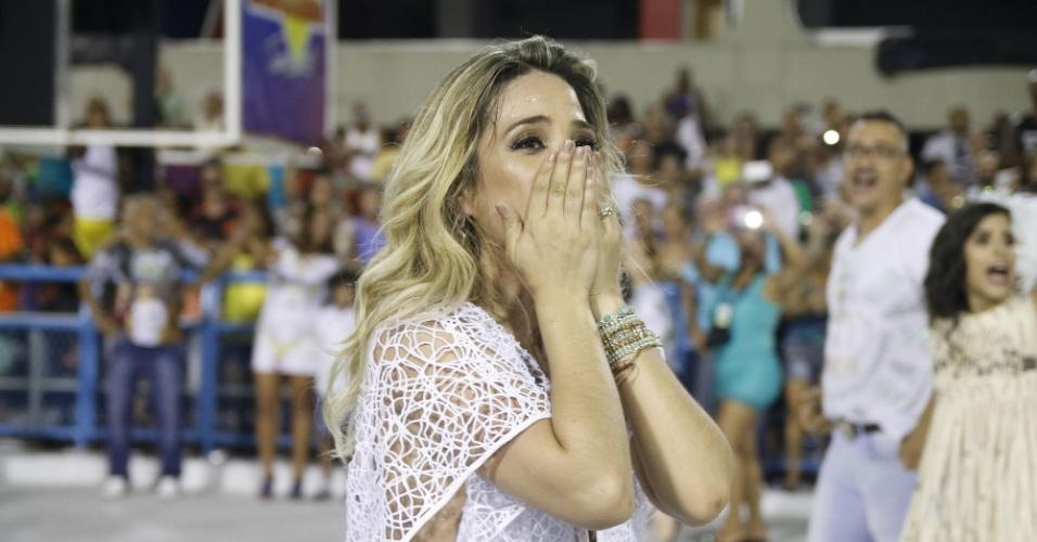 31.jan.2016 - Wanessa, filha de Zezé di Camargo, se emociona durante ensaio técnico da Imperatriz Leopoldinense, na Marquês de Sapucaí