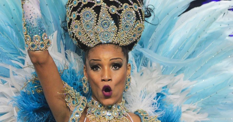 6.fev.2016 - A rainha de bateria mostra animação na Nenê de Vila Matilde, a quarta escola a desfilar na primeira noite do Carnaval de SP