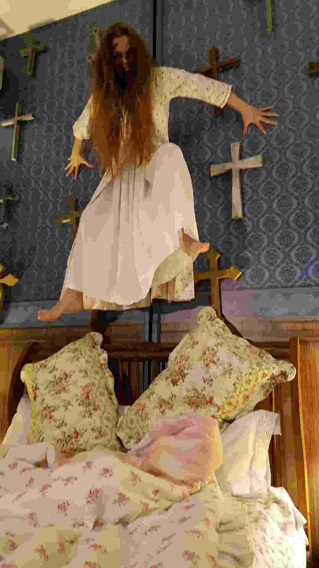 """Menina """"possuída"""" do filme """"Invocação do Mal 2"""" aterroriza babás em câmera escondida do """"Programa Silvio Santos"""", que irá ao ar no próximo domingo (5) no SBT - Divulgação/SBT"""