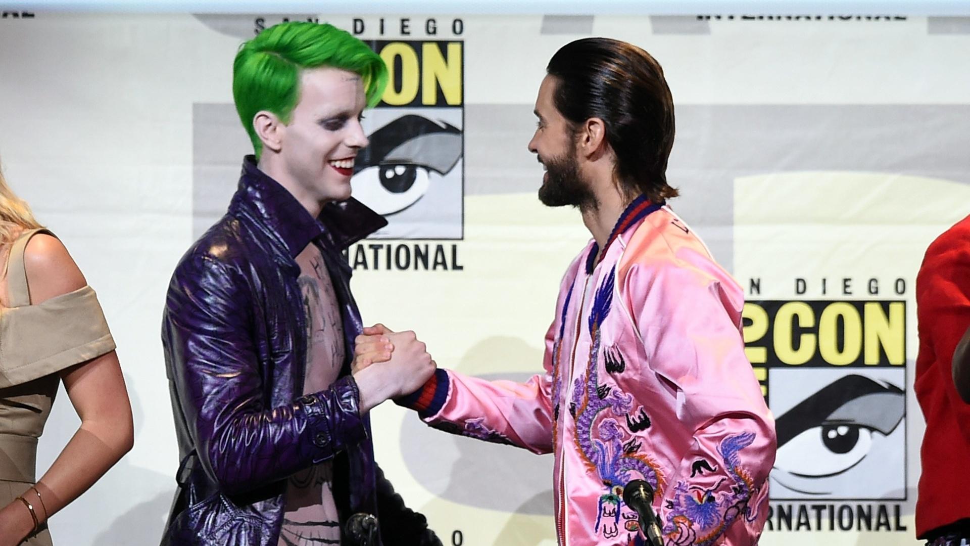 23.jul.2016 - Jared Leto (à dir.) cumprimenta cosplayer de Coringa durante painel de