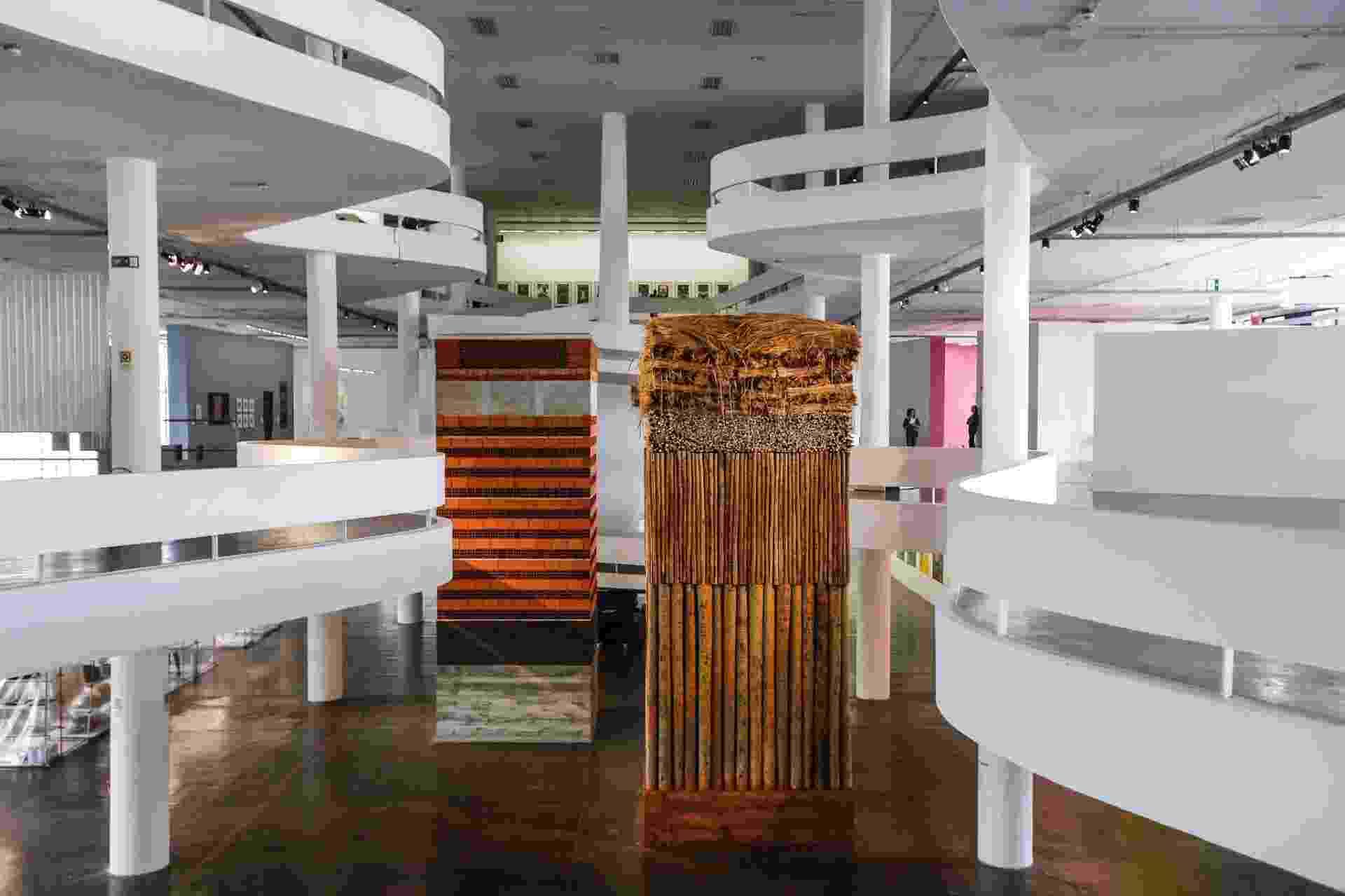As torres construídas pela artista Lais Myrrha - Lucas Lima / UOL