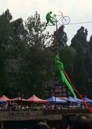 Trapezistas realizavam uma apresentação em uma corda suspensa sobre um tanque  - Reprodução/Instagram