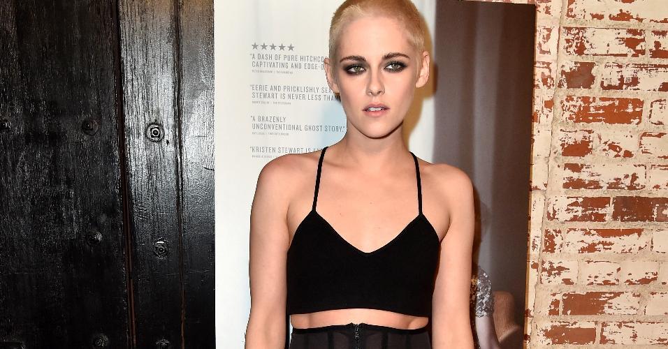 A atriz Kristen Stewart inovou mais uma vez no visual e apareceu com a cabeça raspada na première do filme ?Personal Shopper?, do qual é protagonista