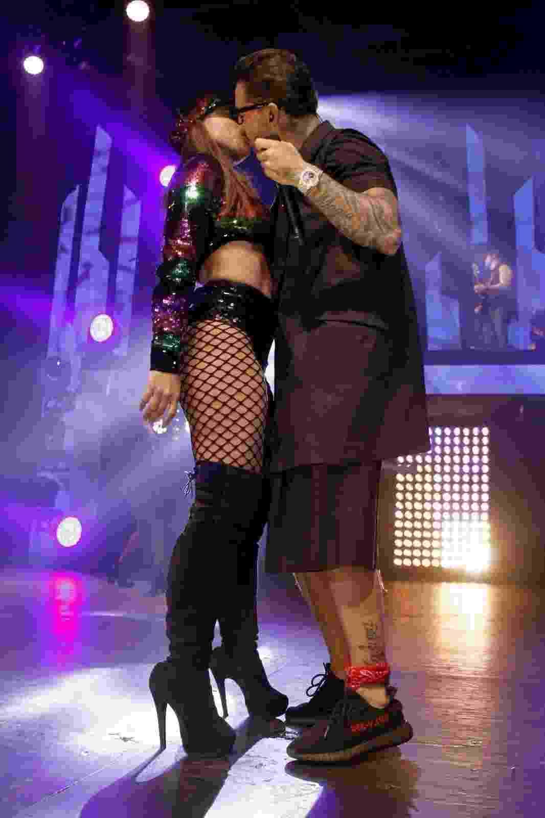 Anitta e Maluma trocam selinho para o delírio do público - Marcos Ferreira/AgNews