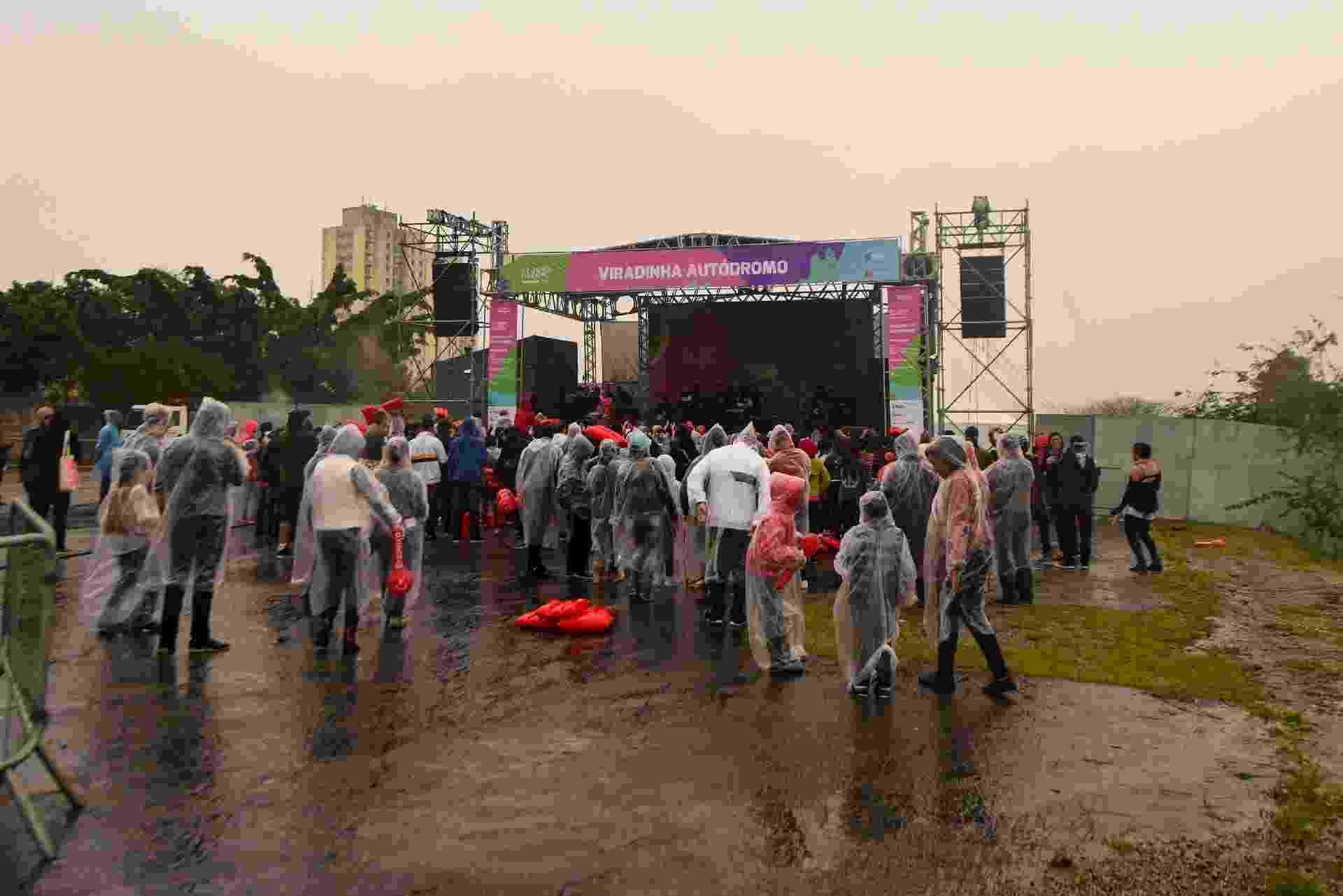 Sob chuva, MC Gui se apresenta para baixo público na Virada Cultural, no palco do autódromo de Interlagos - Flavio Moraes/UOL