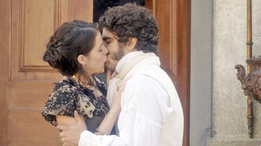 """Domitila (Agatha Moreira) e Pedro (Caio Castro) são flagrados aos beijos em """"Novo Mundo"""" - Reprodução/GShow"""