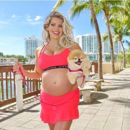 Karina Bacchi está em Miami com a cachorra Foffíta - Reprodução/Instagram