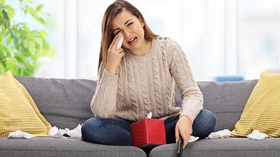 Mulher chora vendo televisão - choro tristeza TV - Getty Images/iStockphoto