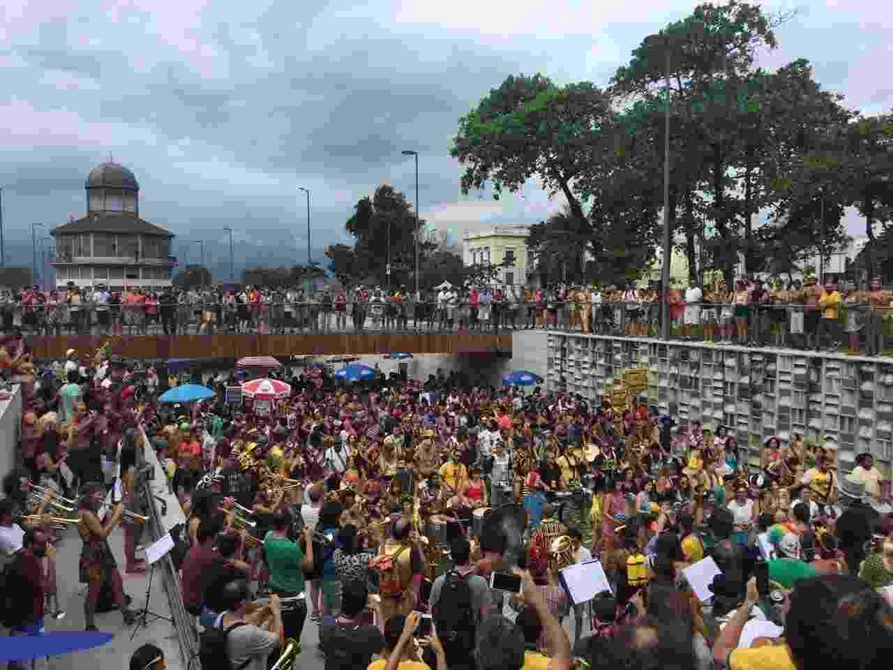 Orquestra Voadora faz concentração na Praça Marechal Âncora, no Rio, na abertura do Carnaval não oficial - Giovani Lettiere/UOL