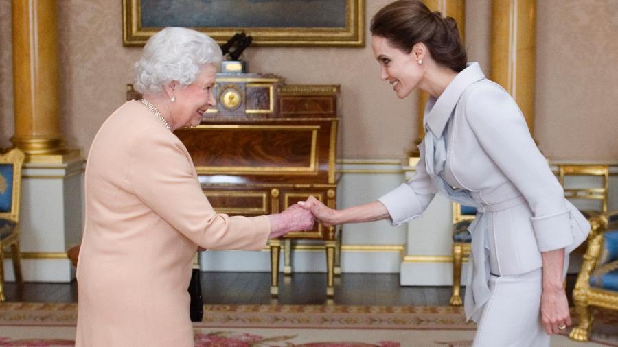 A rainha Elizabeth em seu encontro com Angelina Jolie, em 2014 - Getty Images