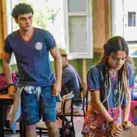 Kavaco (Gabriel Contente) se preocupa com Amanda (Pally Siqueira), que se sente mal na sala de aula  - Divulgação/TV Globo - Divulgação/TV Globo