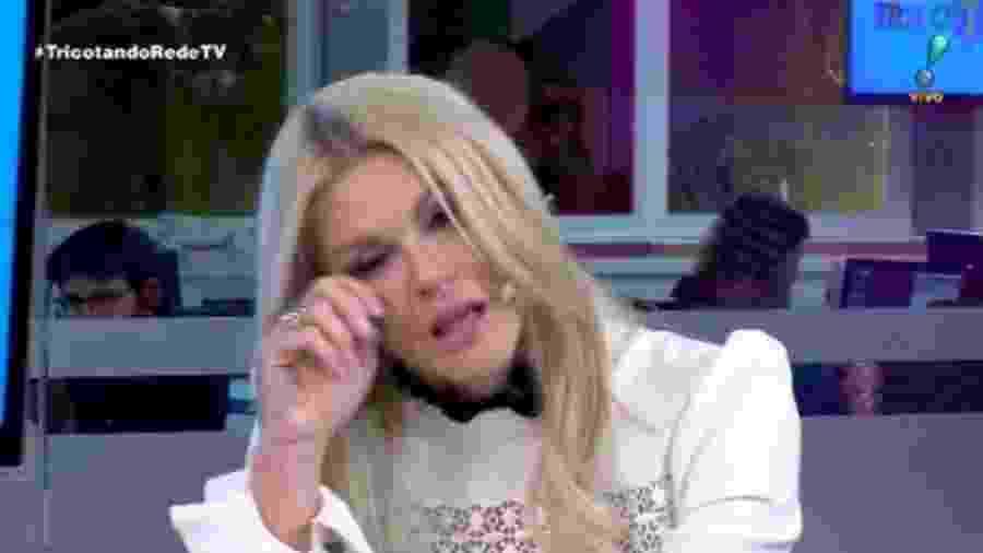 Val Marchiori chora no Tricotando, da RedeTV!, ao falar sobre o Fofocalizando, do SBT - Reprodução/RedeTV!