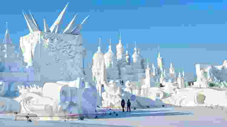 No inverno, a metrópole chinesa de Harbin abriga um complexo com enormes estruturas de neve - aphotostory/Getty Images