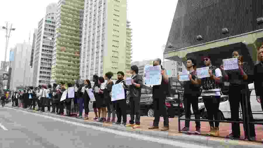 """Foto de arquivo mostra o grupo """"Coletivo de Negros"""" durante protesto contra o racismo na avenida Paulista, em São Paulo (mai.2016) - J. Duran Machfee/Futura Press/Estadão Conteúdo"""