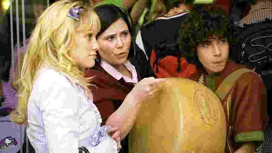 Adam Lamberg (à direita) com Hilary Duff (à esquerda) e Alex Borstein (no centro) em cena de Lizzie McGuire: Um Sonho Popstar (2003) - Divulgação/IMDb