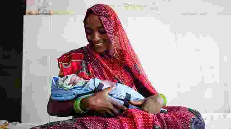 Mãe de bebê prematuro usa incubadora Embrace para aquecer recém-nascido no Nepal - Divulgação - Divulgação