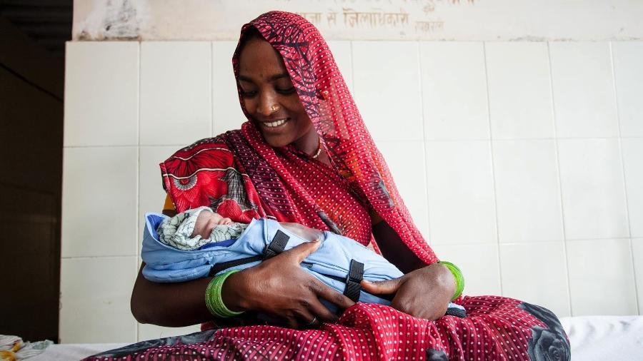 Mãe de bebê prematuro usa incubadora Embrace para aquecer recém-nascido no Nepal - Divulgação