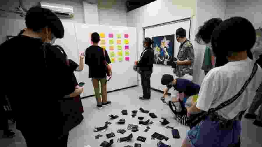 """Visitantes observam objetos em galeria de arte que permitiu """"roubo"""" - AFP"""