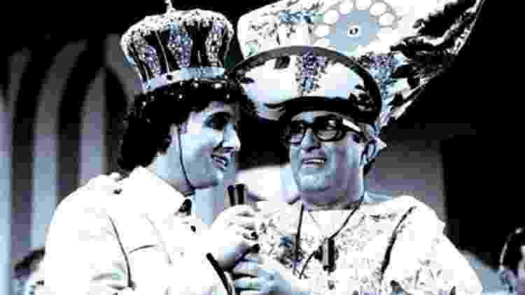Roberto Carlos foi coroado 'Rei da Juventude' no programa do Chacrinha em 1965 na TV Excelsior - Reprodução - Reprodução