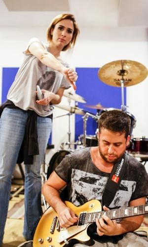 Maurício Meirelles fez uma apresentação solo de guitarra para a reportagem do UOL e Tatá Werneck brincou fazendo sinal de negativo
