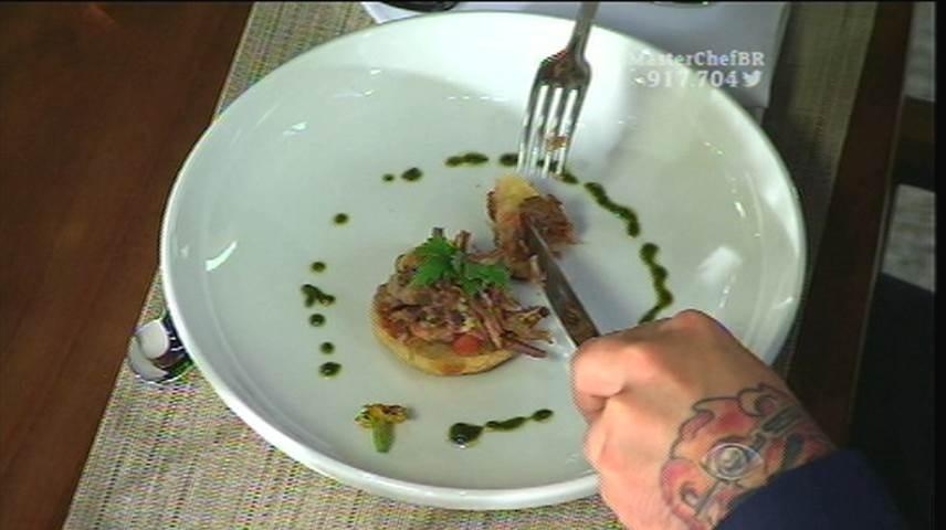 15.set.2015 - Para o prato de entrada, Izabel escolheu servir pão de queijo com costela de porco desfiada