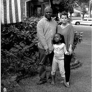 """A ideia da fotógrafa Donna Pinckley era representar o amor entre os casais interraciais. """"Se ela não pode usar o mesmo pente que você, não a traga em casa"""", escutou o casal da fotografia - Reprodução/Donna Pinckley"""