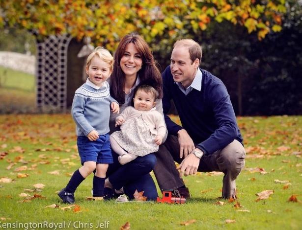 Kate Middleton e o príncipe William posam em foto de Natal com os filhos George e Charlotte - Reprodução/Twitter/kensingtonroyal
