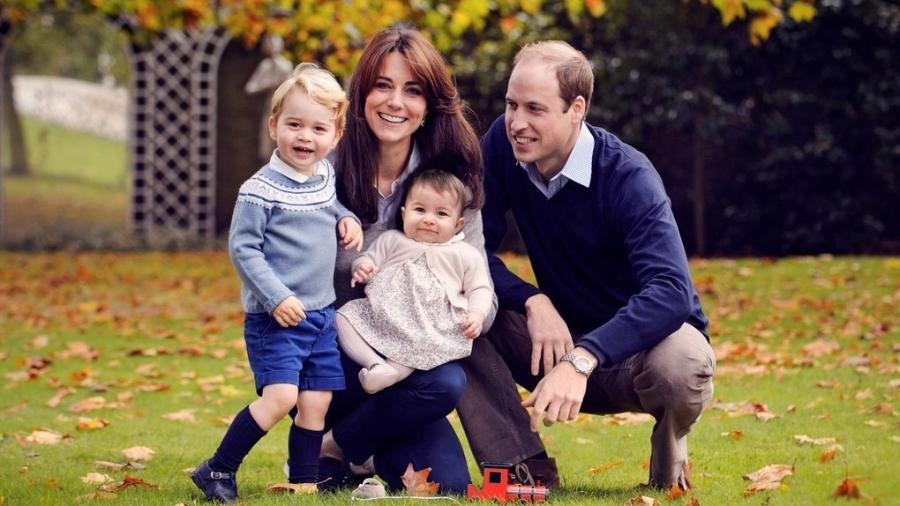 Kate Middleton, o príncipe William e os filhos do casal, os príncipes George e Charlotte, no palácio de Kensington, em Londres, em 2015. - Reprodução/Twitter/kensingtonroyal