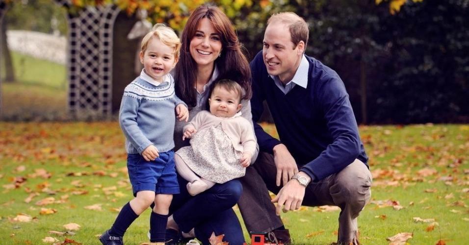 18.dez.2015 - Kate Middleton e Príncipe William posam em foto de Natal com os filhos. Nesta sexta-feira, o Palácio de Kensington divulga a imagem no Twitter.