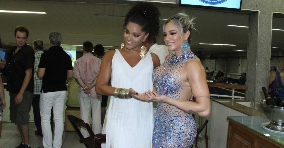 19.dez.2015 - Juju Salimeni é recepcionada por Juliana Alves, rainha de bateria da Unidos da Tijuca