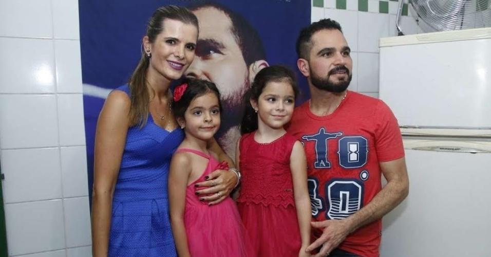 23.dez.2015 - Luciano com a esposa Flávia e as filhas gêmeas Isabella e Helena