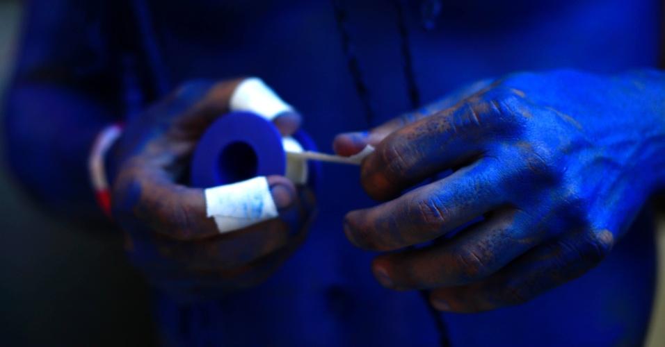 23.jan.2015 - Ritmista do Bloco Desliga da Justiça protege os dedos