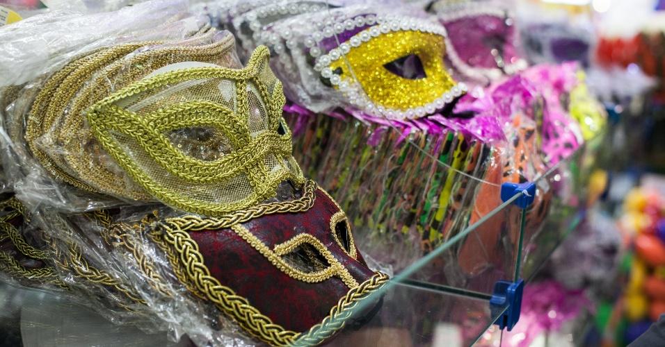 Já a máscara com aplicação e bordado custa até R$ 30 na loja Império das Festas (Ladeira Porto Geral, 55 ? Centro/ SP)