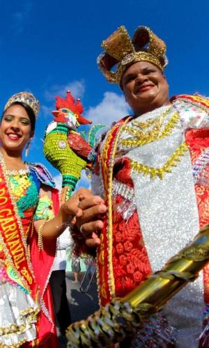 5.fev.2016 - Rei e rainha do Carnaval de Recife chegam à Ponte Duarte Coelho, onde o Galo da Madrugada já foi instalado e homenageia Chico Science