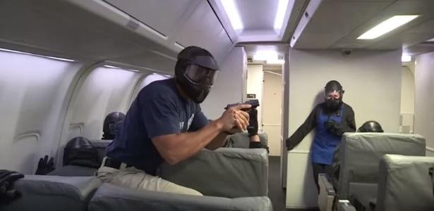 """Os """"air marshals"""" são treinados para atirar no ambiente apertado dos aviões - Divulgação/TSA"""