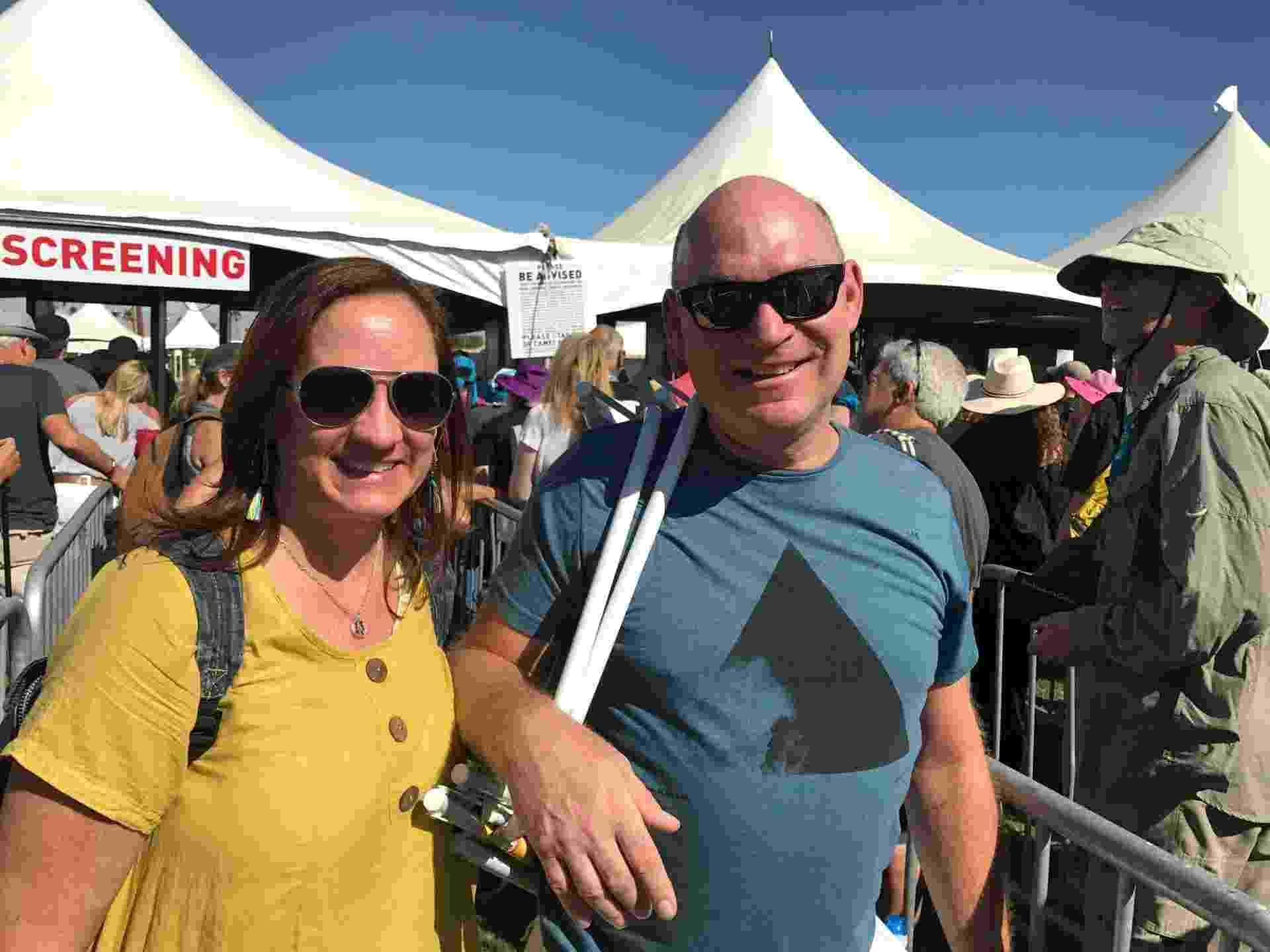 9.out.2016 - O casal Kim e Dave Danielski, de Chicago, ambos de 55 anos, foram ao festival Desert Trip em Indio, na Califórnia - Felipe Branco Cruz/UOL