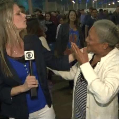 Senhora invade link de TV para elogiar beleza de repórter - Reprodução/EPTV/TV Globo