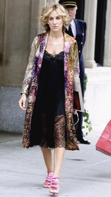 """Atriz Sarah Jessica Parker, na série """"Sex and the City"""", usa uma das sandálias mais caras da grife Louboutin, o modelo """"petal"""" - Reprodução/Sex and the City"""