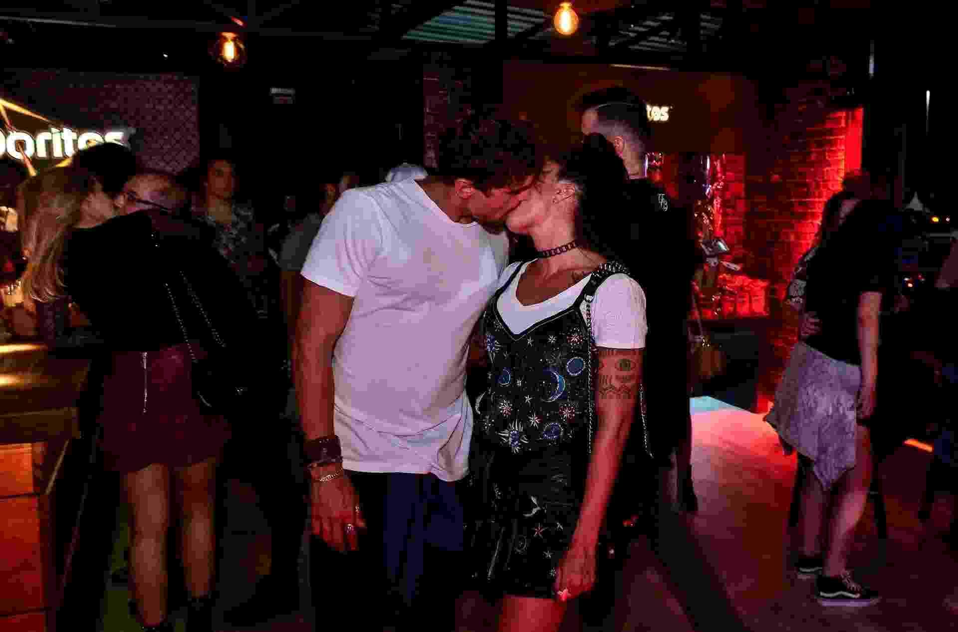 Juntos há 1 ano e 6 meses, Felipe Roque e Aline Riscado trocam beijos em camarote na primeira noite do Rock in Rio - Felipe Panfili/Divulgação
