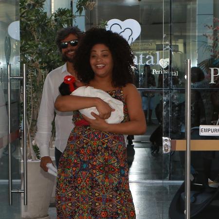 Juliana Alves ao sair da maternidade com Yolanda - AgNews