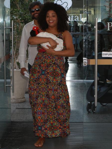 Juliana Alves com a filha Yolanda na saída da maternidade - AgNews